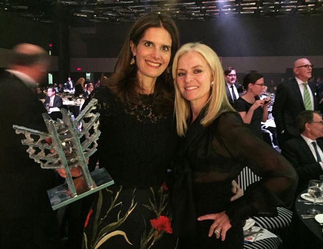 Isabelle Marcoux, présidente du conseil d'administration de Transcontinental a reçu le Mercure Leadership Germaine-Gibara des mains de Isabelle Hudon, Chef de la direction, Québec et vice-présidente principale, Solutions Clients, Financière Sun Life.