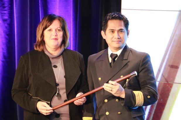 Le capitaine Jun Eric Aljo Dalipe a reçu la canne de la part de la PDG du Port de Montréal, Sylvie Vachon.