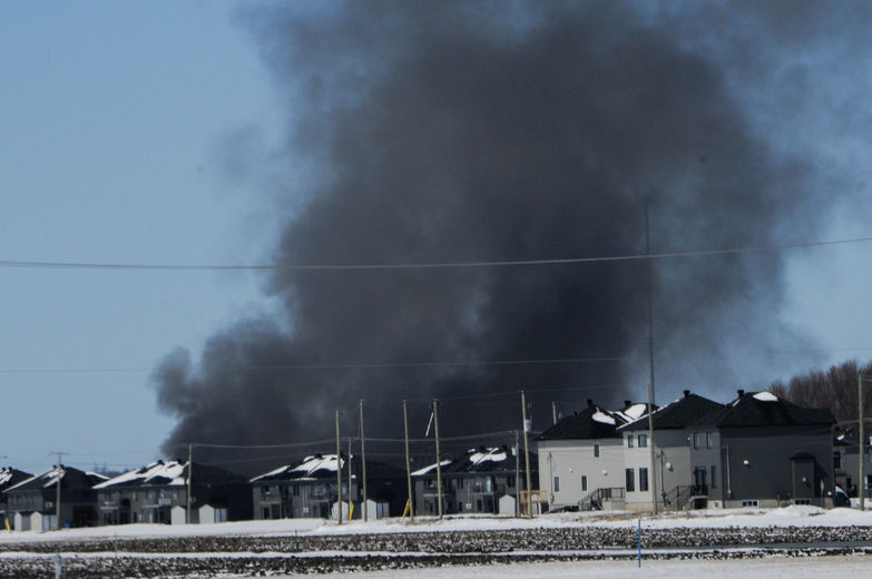 Le panache de fumée menaçait certaines résidences des environs, dont une cinquantaine ont dû être évacuées. Ici vue depuis le boul. Serge-Pepin.