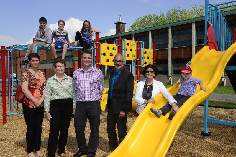 Inauguration d'un nouveau module de jeux à l'école Cedar.
