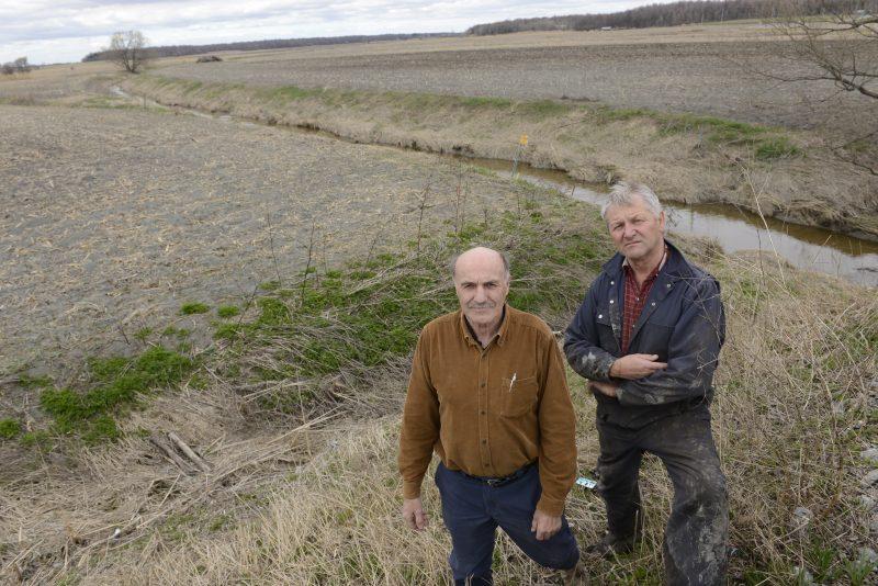Les agriculteurs Gérard Beauchemin et Réjean Blanchette ne veulent rien savoir d'un lac artificiel pour poissons sur des terres agricoles