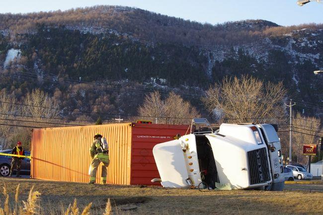 Le conducteur du camion a été transporté à l'hôpital pour des blessures mineures.