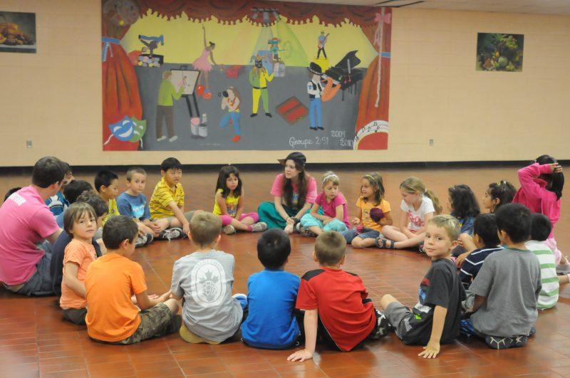 Des enfants participent à une activité du camp de jour.