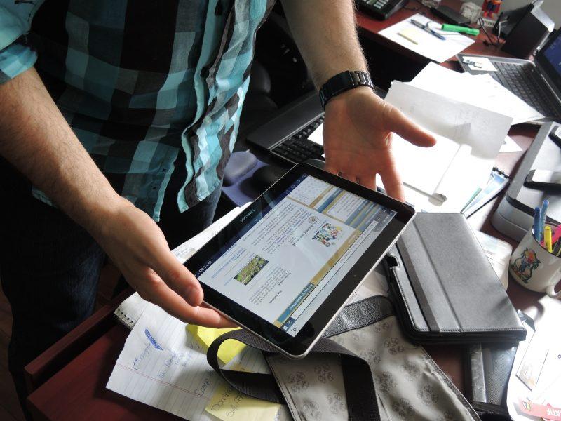 Les membres du conseil disposeront de tablettes électroniques pour recevoir et consulter les documents des comités pléniers et des séances du conseil.