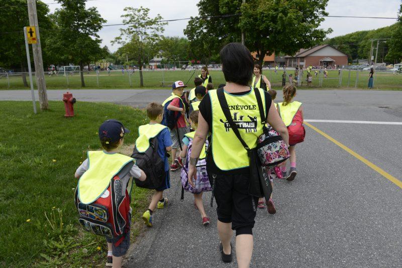 Une tretaine d'élèves de l'école Notre-Dame marchent avec le trottibus pour se rendre à l'école