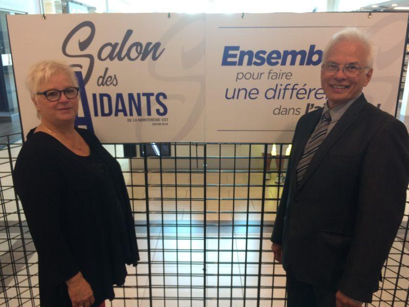Sylvie Grimard et André Brochu devant les couleurs officielles du Salon des Aidants.