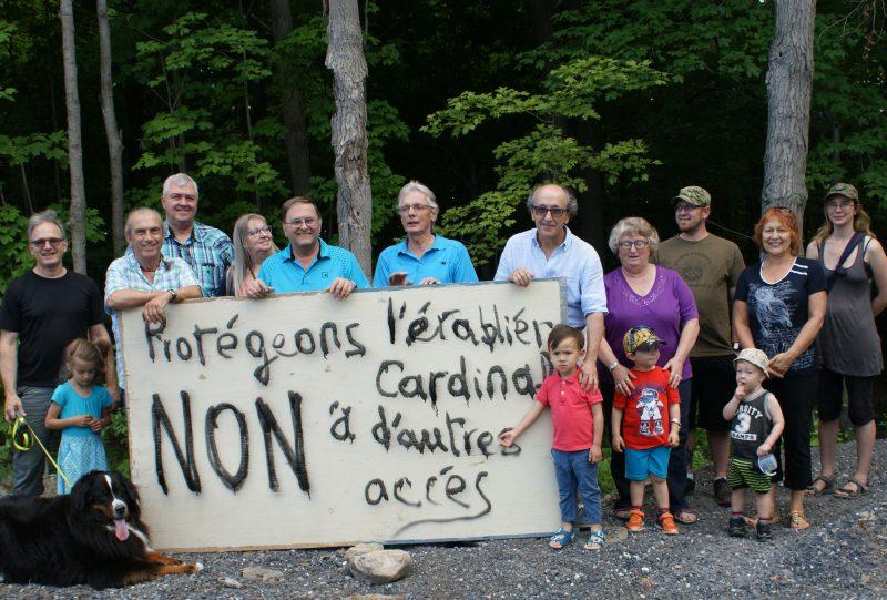André Michel et d'autres citoyens tenant une manifestation devant l'entrée de l'accès supplémentaire