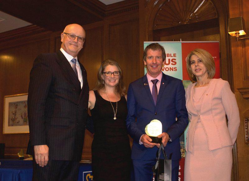Dany  Bonneville recevant son prix de la Fondation .