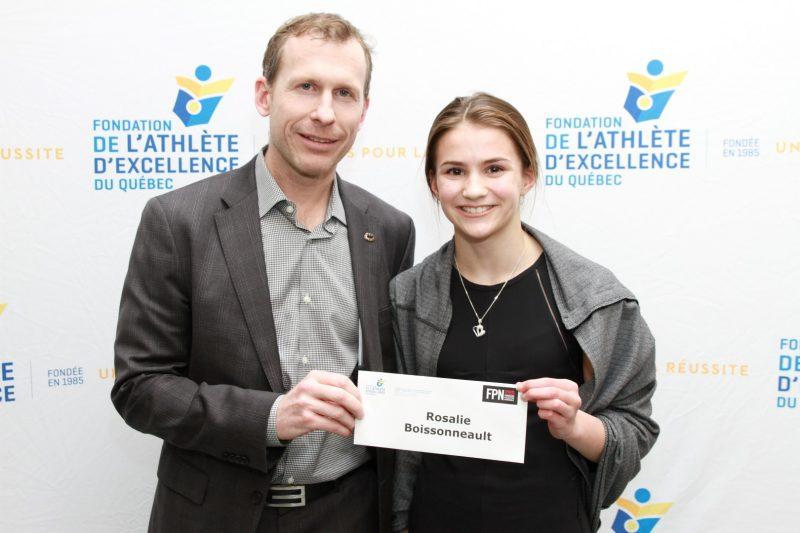 Rosalie Boissonneault reçoit sa bourse des mains de François Deschênes, président de la Fondation Palestre Nationale.