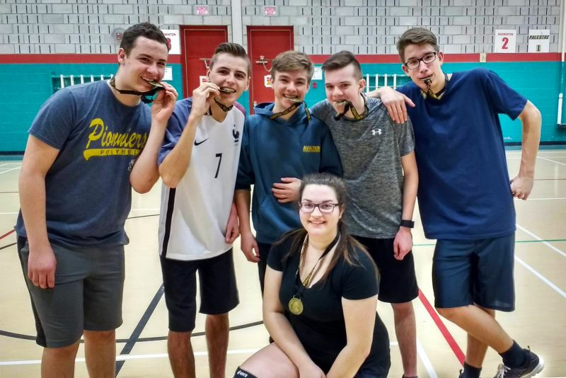 L'équipe de volleyball de l'escadron 502 avec leur médaille d'or.