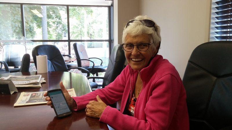 Carole Tétreault marche avec une montre Fitbit qui est connectée à une application sur son téléphone intelligent.