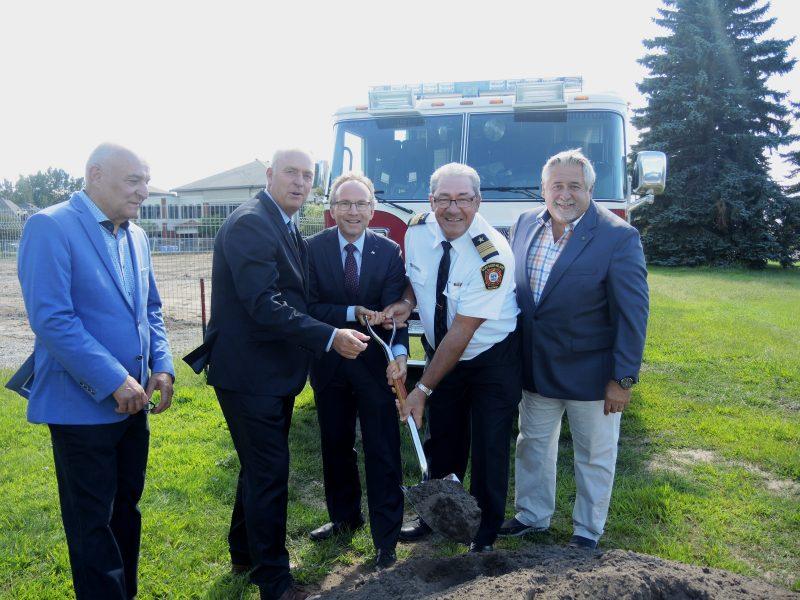 Le maire de Mont-Saint-Hilaire (2e) et le ministre Martin Coiteux (3e) ont annoncé une subvention de 2,75 millions $ pour la nouvelle caserne incendie.