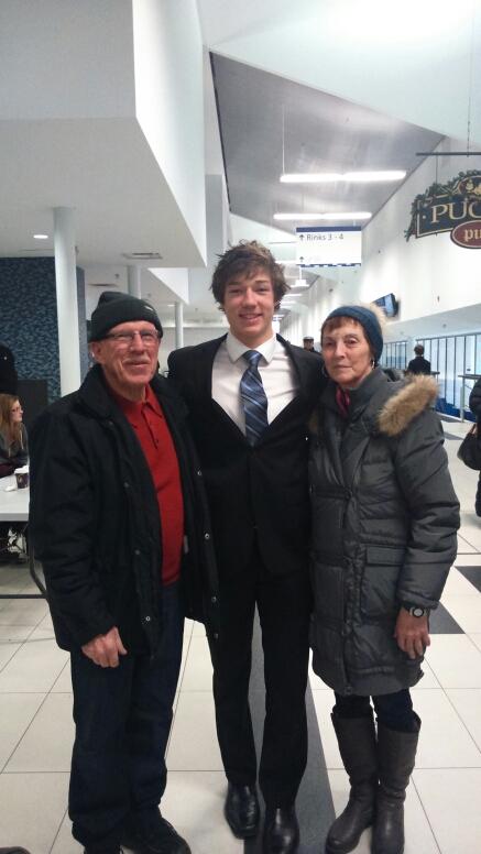 Brandon Duhaime (milieu) en compagnie de ses grands-parents paternels Guy et Betty.
