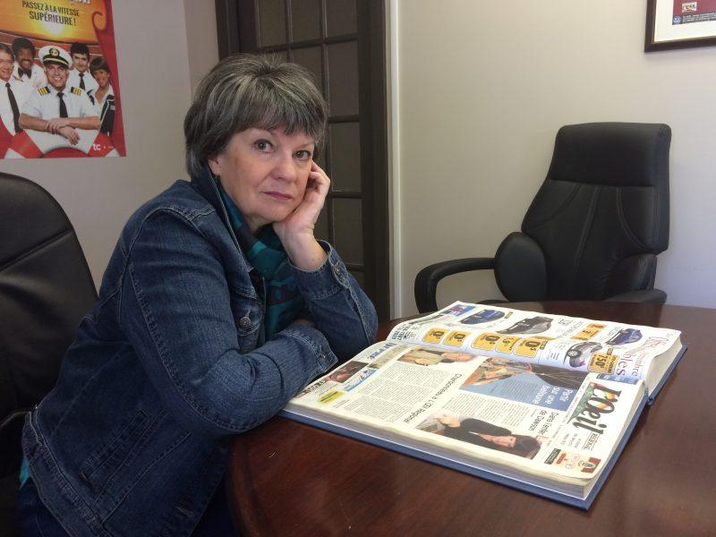 Hélène Gauvreau devant son témoignage publié par  L'Œil Régional il y a dix ans, à la suite de la fusillade de Dawson.
