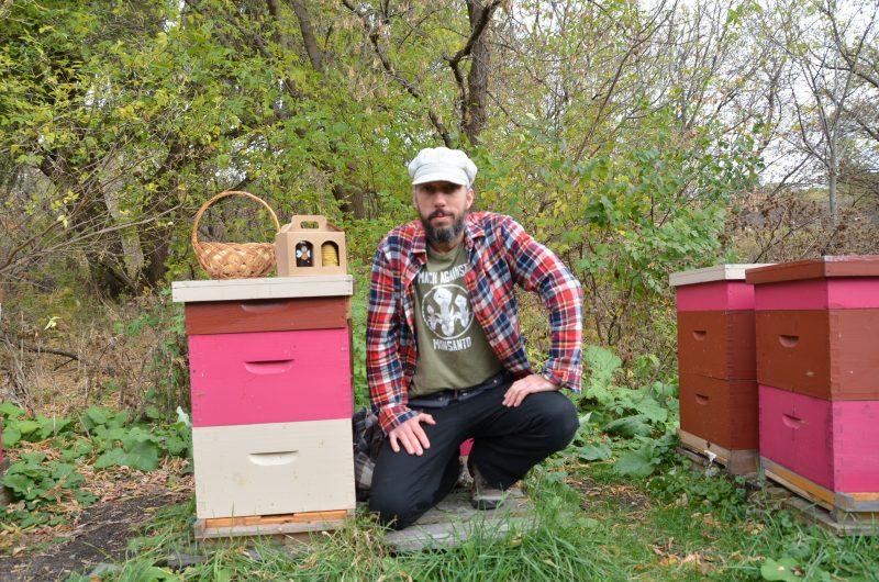 En plus du miel, des chandelles et des savons, Jean-Sébastien Brault récolte aussi le pollen et la gelée royale.