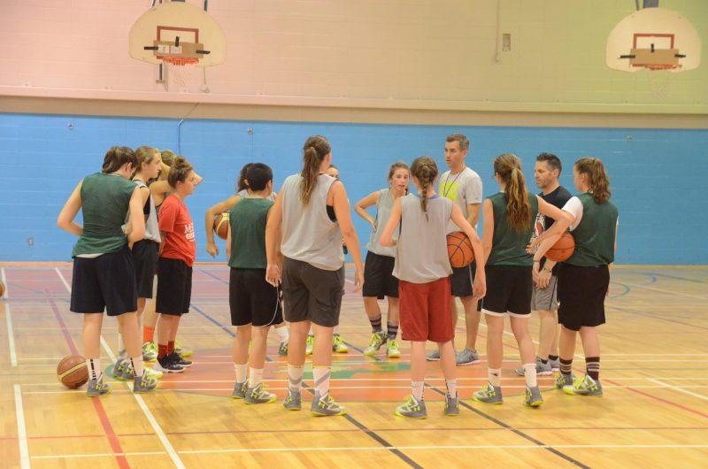 Les entraîneurs Éric Fréchette et Marc Vigneault ont donné leurs directrices aux joueuses de Richelieu-Yamaska lors d'un entraînement à l'école Bernard-Gariépy.
