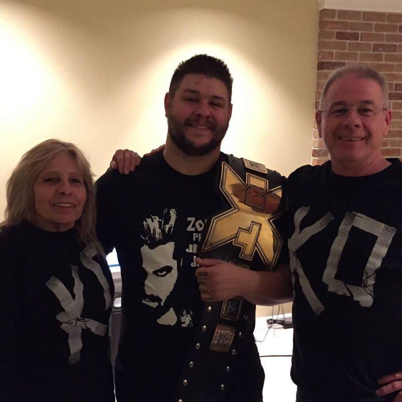 Kevin Owens en compagnie de ses parents.