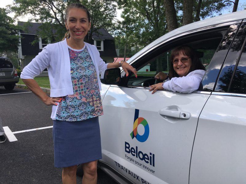La directrice générale de Belœil, Martine Vallières, et la mairesse Diane Lavoie, posent devant le nouveau logo de la Ville.  photo:Karine Guillet