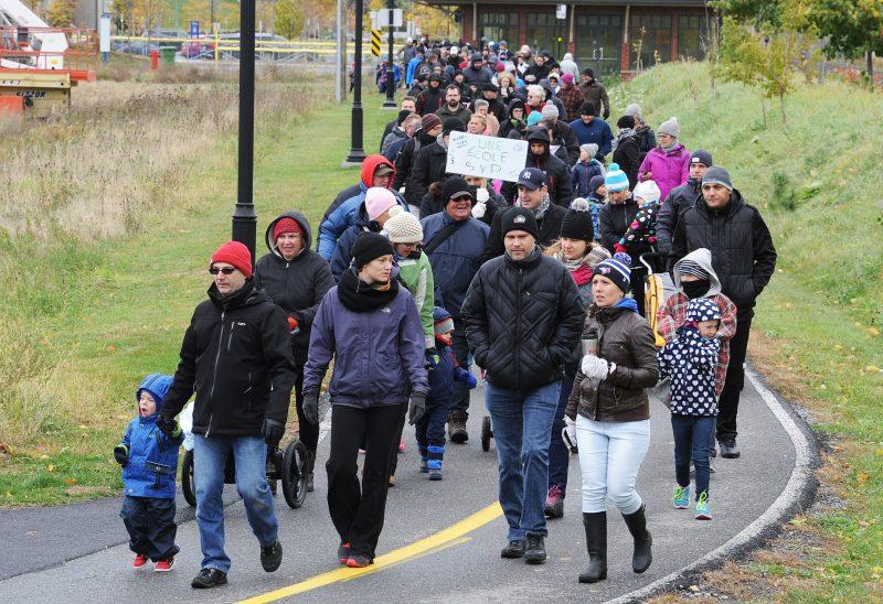 Les citoyens marchent pour la nouvelle école