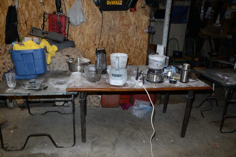 Une presse à comprimés à dix poinçons, un mélangeur ainsi que plusieurs poinçons font partie du matériel saisi.