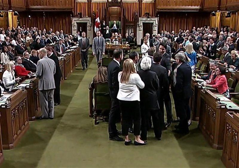 Les libéraux font un compromis, Trudeau s'excuse encore