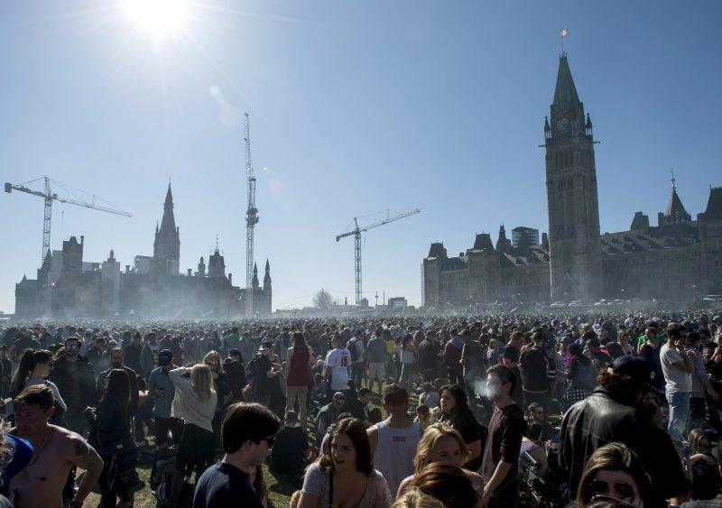 Sur la colline parlementaire à Ottawa, quelques milliers de manifestants s'étaient rassemblés à cette occasion pour consommer, si bien qu'on pouvait observer un nuage de fumée y flotter.