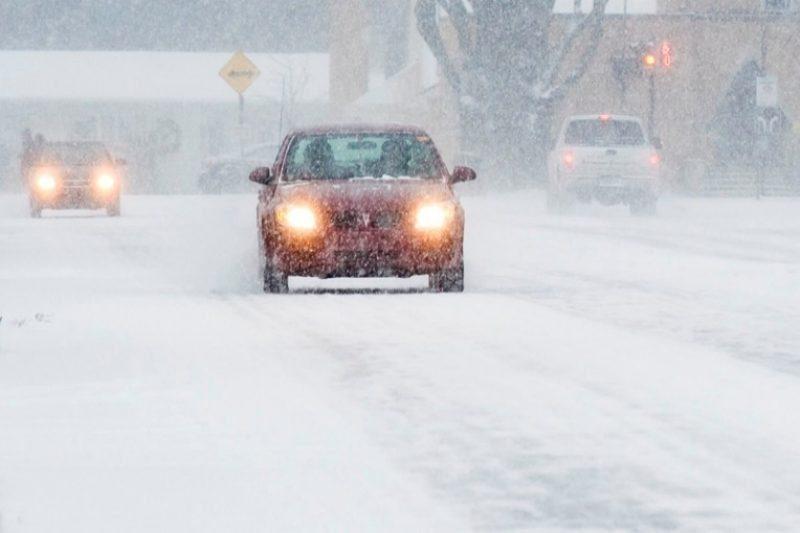 La chaussée des principales routes est enneigée, lundi matin.