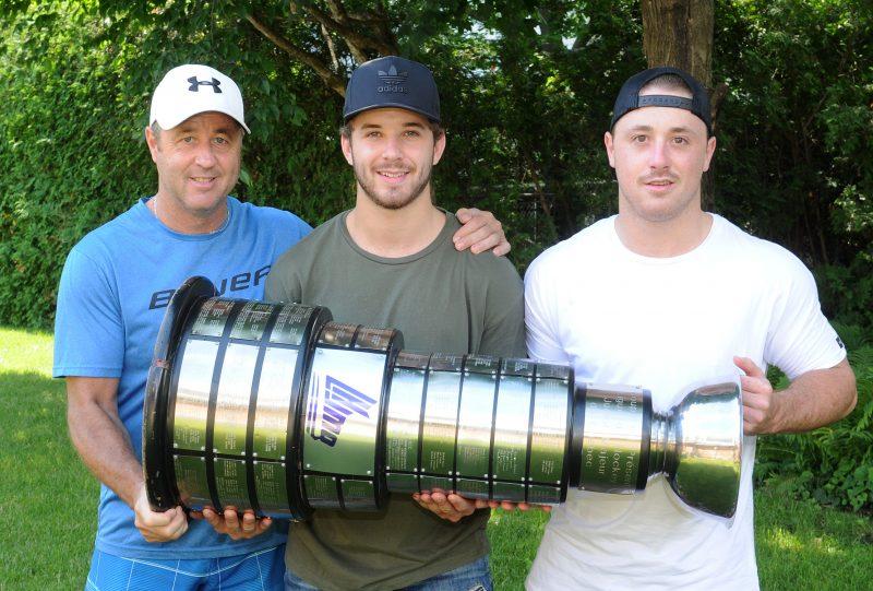 Nikolas Brouillard en compagnie de son père et de son frère.
