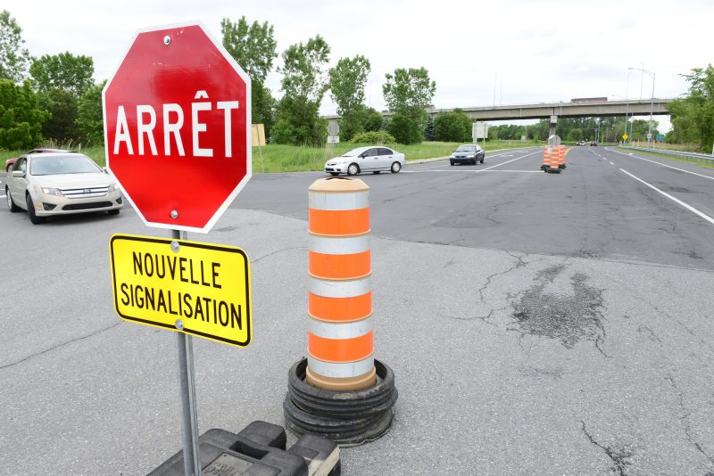 Des panneaux d'arrêts ont été installés temporairement sur la rue Richelieu, le temps des travaux de reconstruction du viaduc de la rue Saint-Jean-Baptiste.