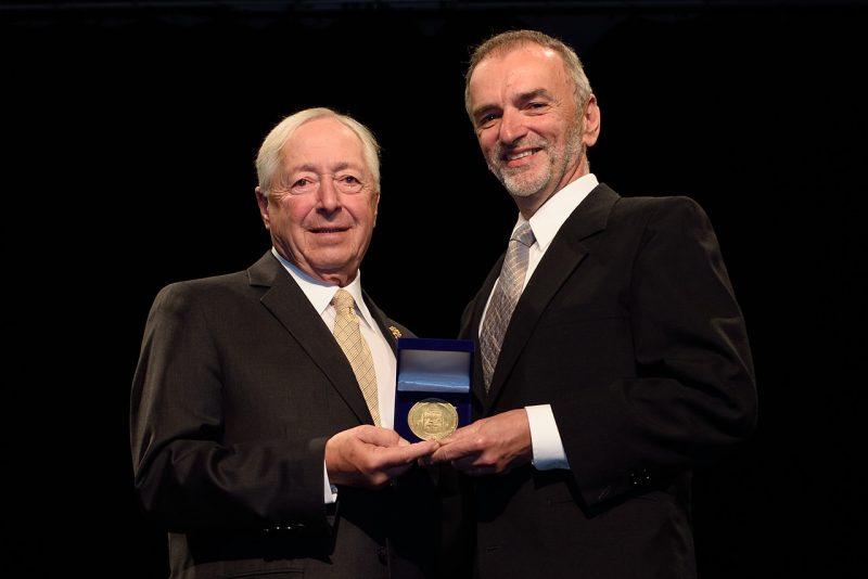 L'honorable J. Michel Doyon remettant la médaille à Antonio Di-Lalla.