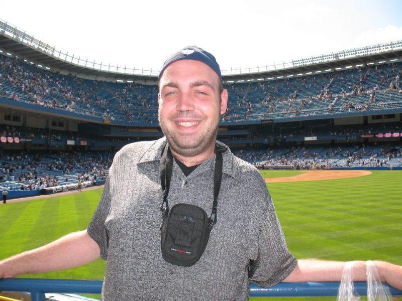 Photo prise lors de mon voyage à New York, au vieux Yankee Stadium. C'est à cette partie que j'ai vu mon commentateur maison dans les estrades. S'il vous plaît, ne me tombez pas trop dessus pour le look de l'époque.