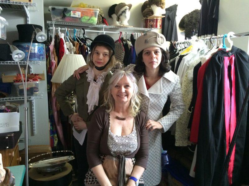 Marie Dambremont-Gaulin et Gabrielle Marion-Rivard entourent la metteure en scène Lise Dambremont.