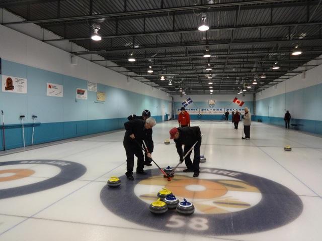 Le club de curling compte environ 150 membres.