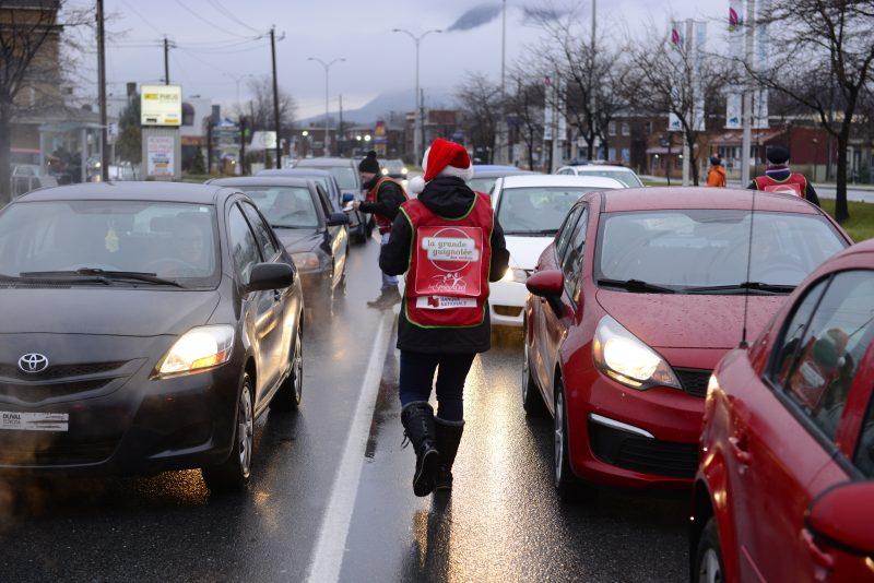 Les bénévoles du Grain d'Sel sollicitent les automobilistes.