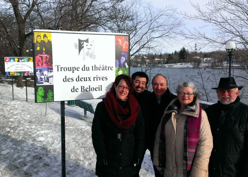 Des membres du conseil d'administration de la Troupe de théâtre des deux rives, Joanne Landry, Frédérique Brault , Claude Leroux, Ginette Boulet et Gilles Vachon .