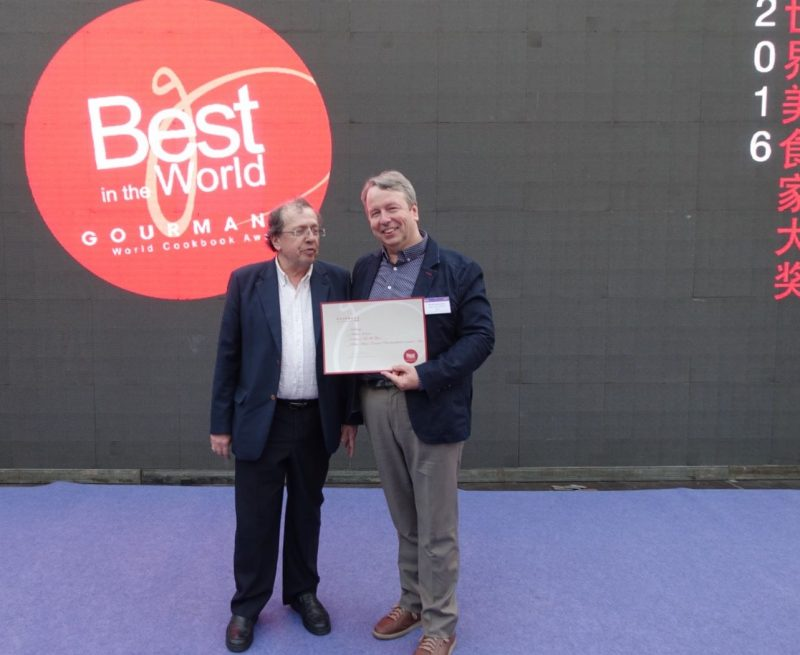 "Remise du premier prix du Gourmand Word Cookbook Award ""Best in the World"" à Michel Jodoin (à droite) par Edouard Cointreau"