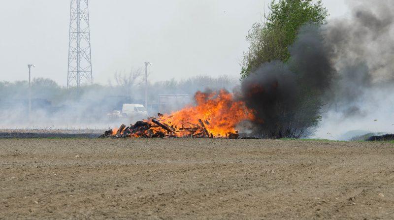 Les pompiers de Ste-Madeleine ont combattu samedi le 9 mai, un important incendie de champ de maïs d'une superficie de plus 1.6 million de pied carrés, entre la route 116 et l'autoroute 20.