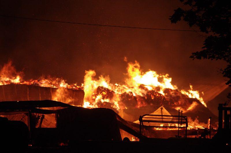 Un violent incendie a complètement détruit l'étable de la ferme laitière Gaudette et fils, situé à Saint-Denis-sur-Richelieu, dans la nuit de lundi.