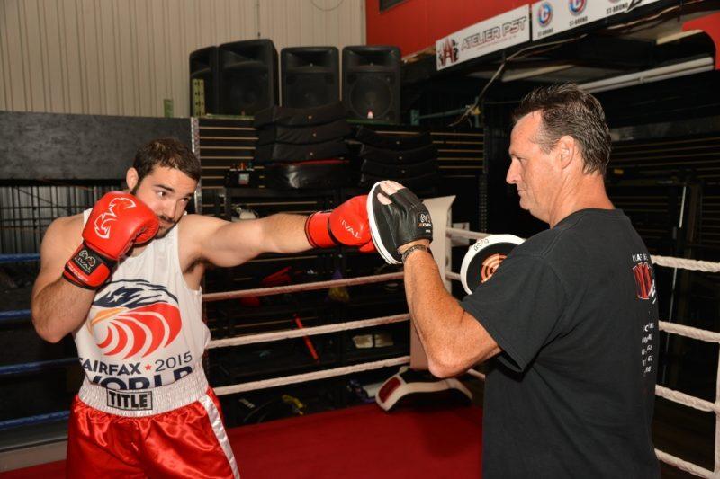 Pierre-Olivier Guilbault lançant quelques coups sous les instructions de son entraîneur Denis Bélanger.
