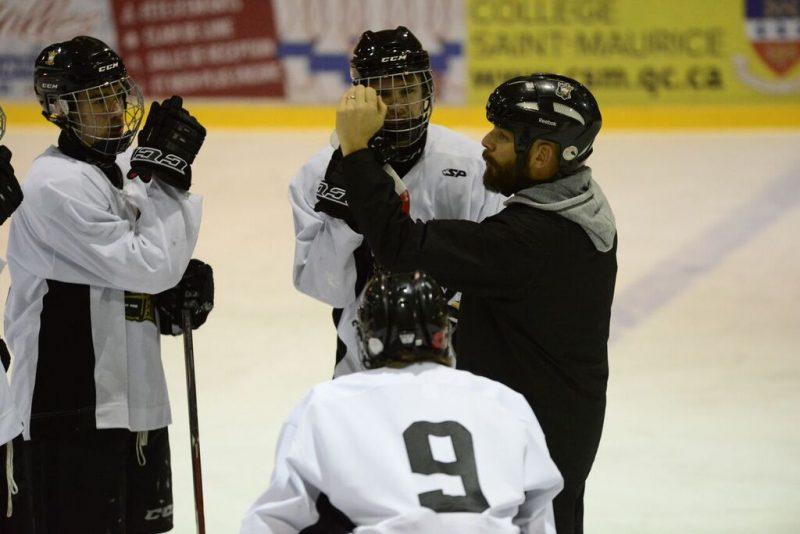 Martin Cadorette discutant avec ses joueurs.