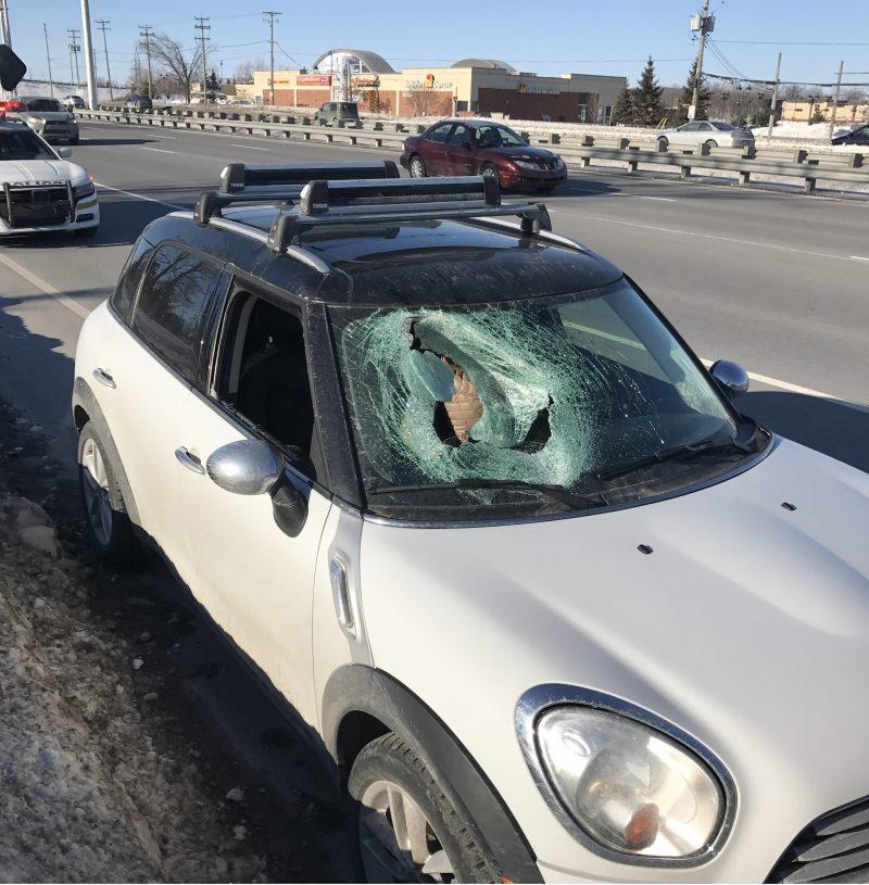 Le pare-brise de cette voiture a éclaté sous l'impact d'une plaque de glace en provenance d'una autre voiture, le 10 février à Laval.