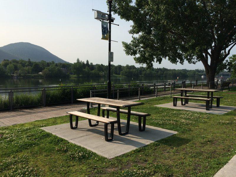 Beloeil compte quelques espaces verts intéressants au bord de la rivière avec un magnifique point de vue sur la montagne.
