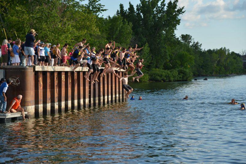 Environ 150 personnes se sont rassemblées sur le quai de Mont-Saint-Hilaire où a eu lieu le grand saut.