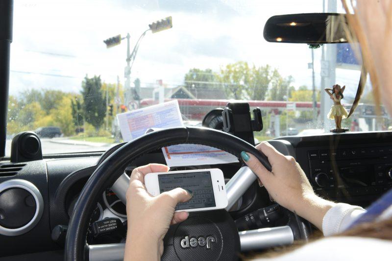 Selon un sondage réalisé en octobre 2014 pour le compte de la SAAQ, 56 % des conducteurs avouent qu'il leur arrive de parler au téléphone cellulaire en conduisant.