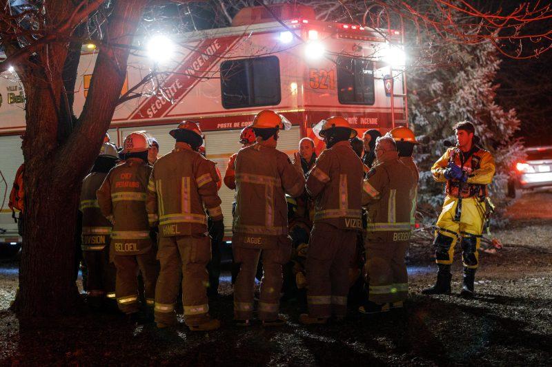 Les pompiers en briefing après avoir secouru une personne de la rivière Richelieu le 12 mars 2017.