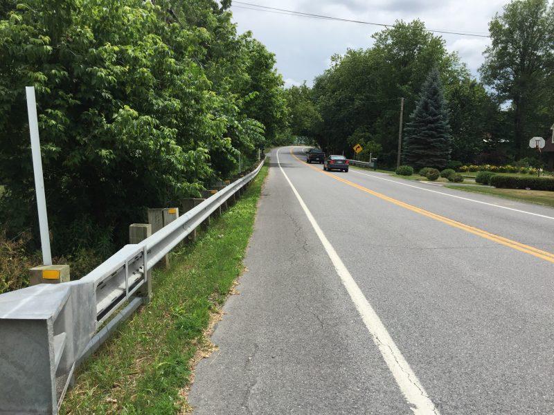 Le ponceau au-dessus du ruisseau est situé au nord de l'autoroute 20.