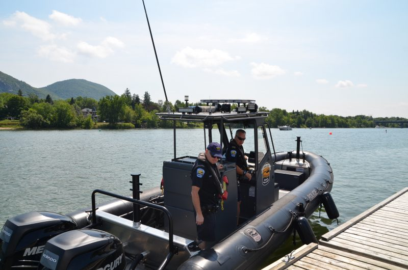 Les policiers Donald D'anjou et Alain Leblanc de la patrouille nautique.