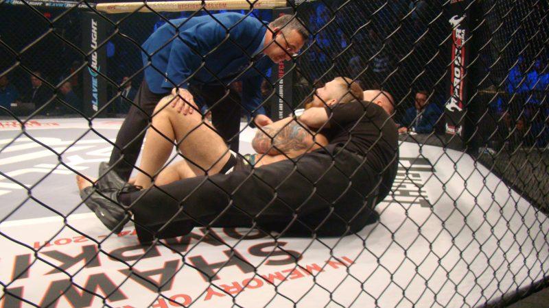 Strahinja Gavrilovic, retenu par l'arbitre à la suite du combat.