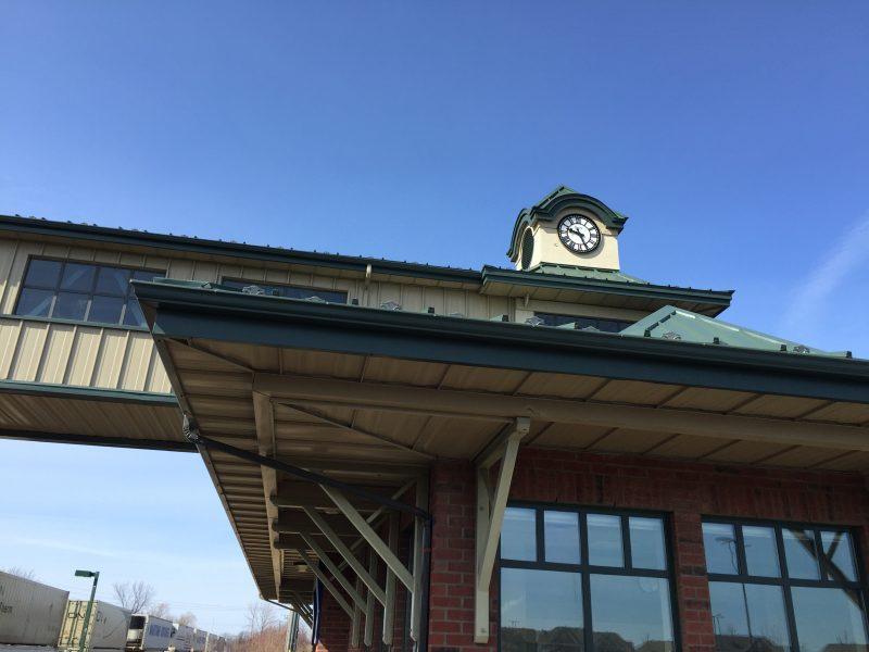 L'horloge de la gare de Mont-Saint-Hilaire ne fonctionne plus. Elle sera remplacée par un logo de la Ville.