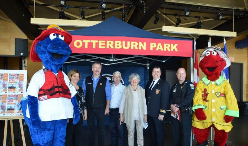 Les partenaires et les organisateurs ont dévoilé la programmation du premier Salon de la prévention et de la sécurité d'Otterburn Park, accompagnés des mascottes Chef Lance L'eau et Gare à l'eau.